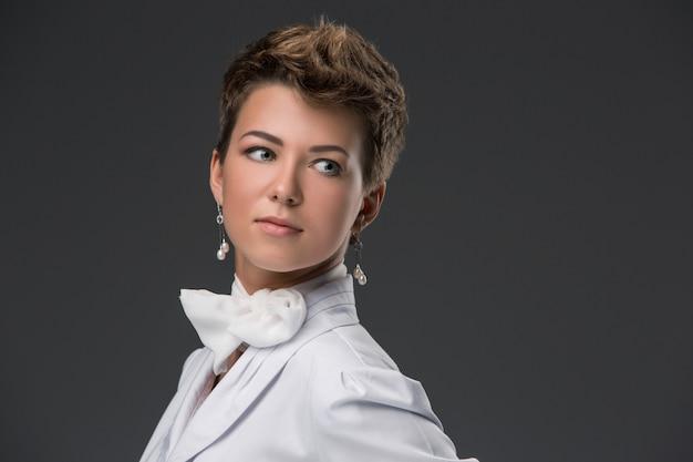Ritratto di un giovane medico elegante in camice bianco Foto Gratuite
