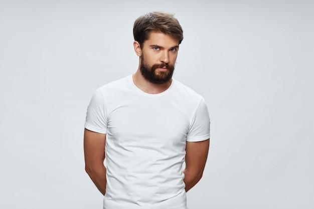Ritratto di un giovane uomo in una maglietta bianca Foto Premium