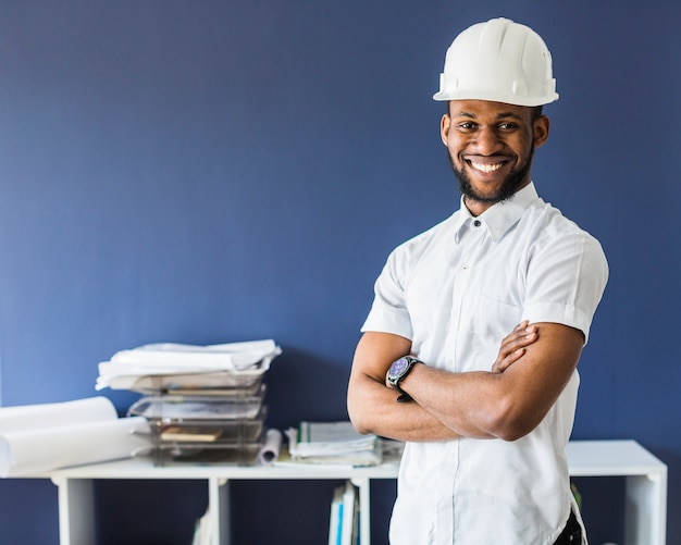 Ritratto di un ingegnere maschio afro americano che indossa l'elmetto protettivo bianco Foto Gratuite