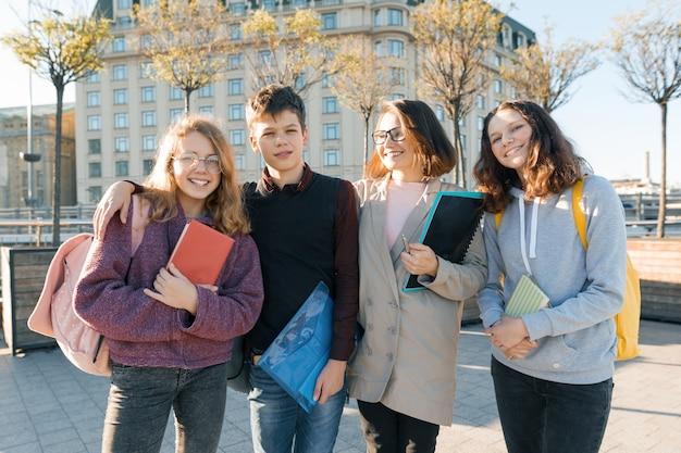 Ritratto di un insegnante femminile e un gruppo di adolescenti Foto Premium
