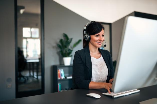 Ritratto di un lavoratore bella call center. Foto Premium