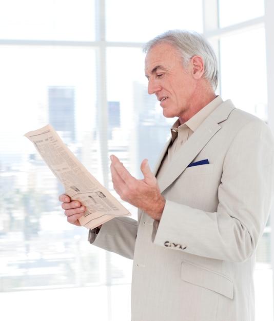 Ritratto di un manager maturo, leggendo il giornale Foto Premium