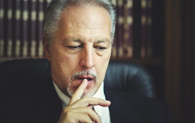 Ritratto di un manager riflessivo nel suo ufficio Foto Premium