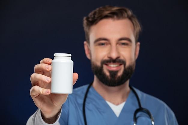 Ritratto di un medico maschio amichevole Foto Gratuite