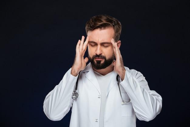 Ritratto di un medico maschio stanco Foto Gratuite