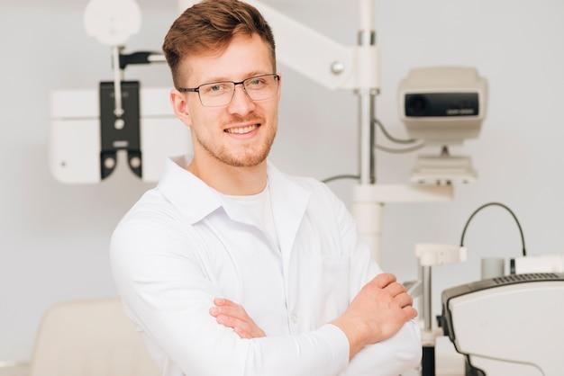 Ritratto di un optometrista maschio Foto Gratuite