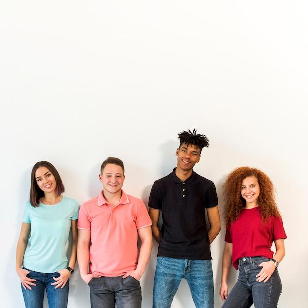 Ritratto di un popolo multirazziale in piedi contro il muro bianco Foto Gratuite