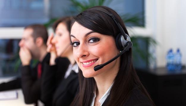 Ritratto di un rappresentante del cliente sorridente al lavoro Foto Premium