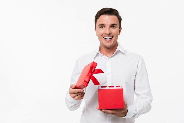 Ritratto di un uomo allegro eccitato in camicia bianca Foto Gratuite