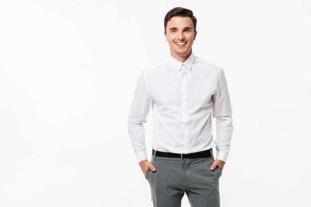 Ritratto di un uomo allegro in una camicia bianca in piedi Foto Gratuite