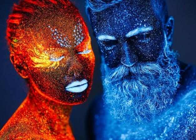 Ritratto di un uomo barbuto e una donna dipinti con polvere ultravioletta. Foto Premium