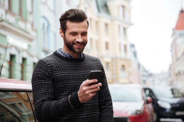 Ritratto di un uomo bello felice in maglione Foto Gratuite