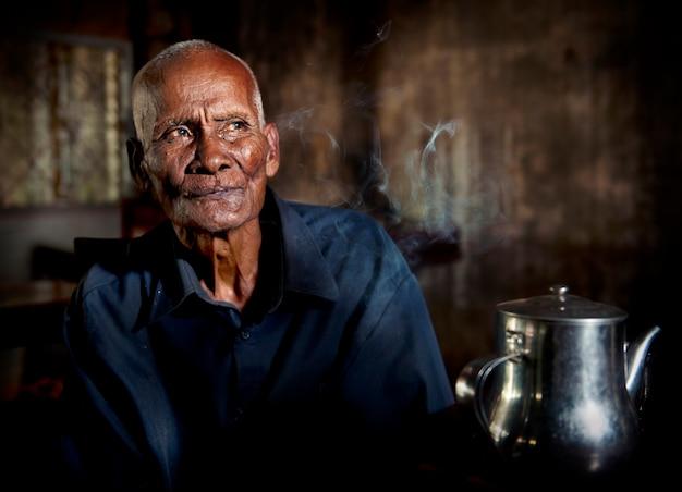Ritratto di un uomo cambogiano anziano Foto Premium