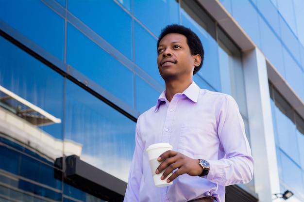 Ritratto di un uomo d'affari bello all'aperto. Foto Premium