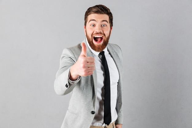 Ritratto di un uomo d'affari gioioso vestito in tuta Foto Gratuite