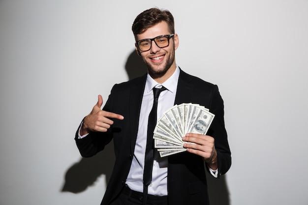 Ritratto di un uomo di successo sorridente in tuta e occhiali Foto Gratuite