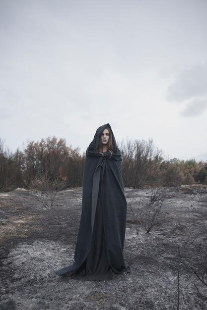 Ritratto di un uomo in piedi nel deserto Foto Gratuite
