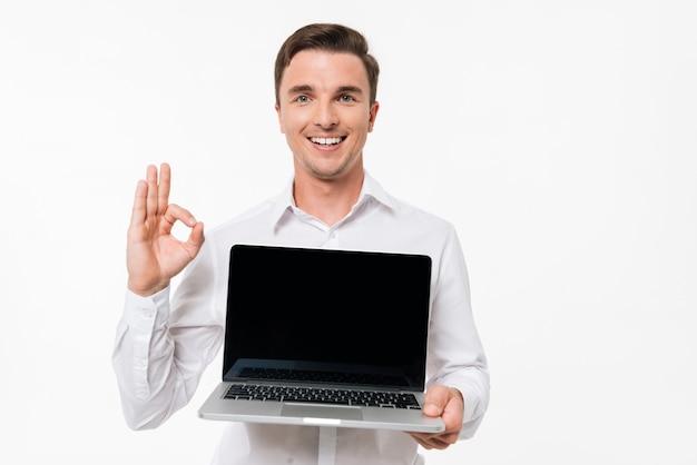 Ritratto di un uomo positivo allegro in camicia bianca Foto Gratuite