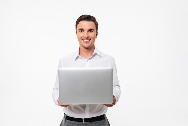 Ritratto di un uomo positivo in camicia bianca Foto Gratuite