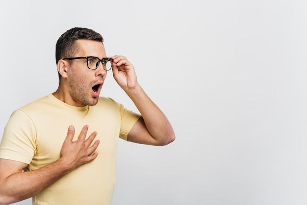 Ritratto di un uomo scioccato con spazio di copia Foto Gratuite