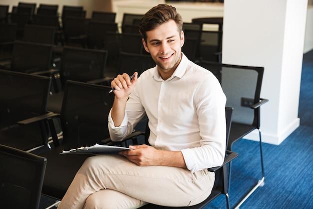 Ritratto di un uomo vestito convenzionale bello sorridente Foto Premium