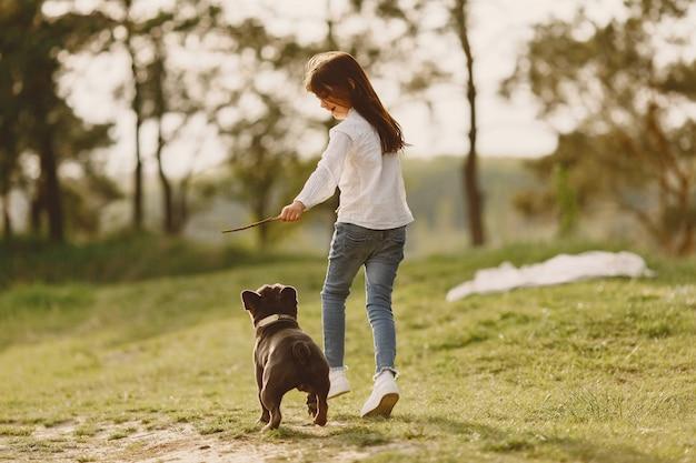 Ritratto di una bambina con il suo bellissimo cane Foto Gratuite