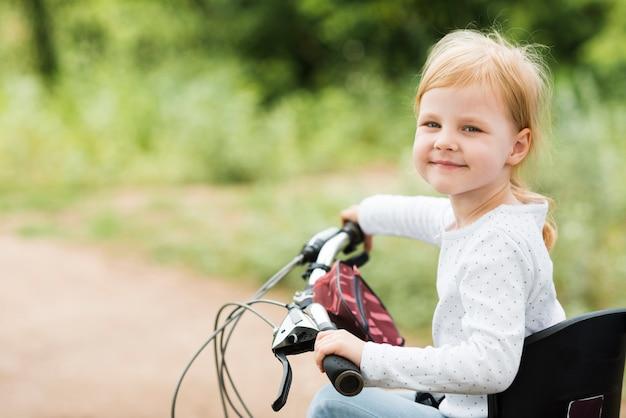 Ritratto di una bambina in bicicletta Foto Gratuite