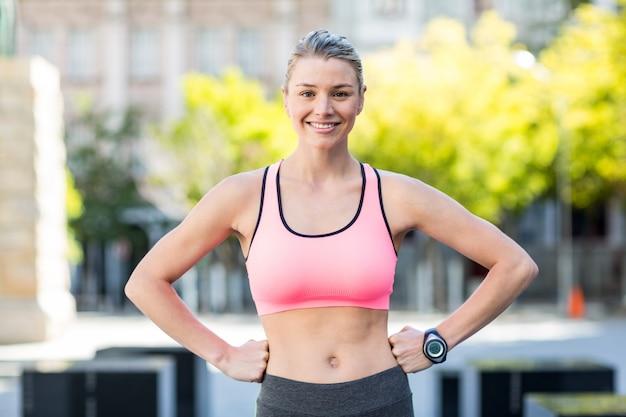 Ritratto di una bella atleta con le mani sui fianchi Foto Premium