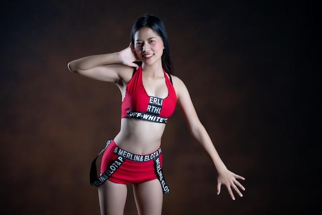 Ritratto di una bella ballerina in abito rosso danza Foto Gratuite