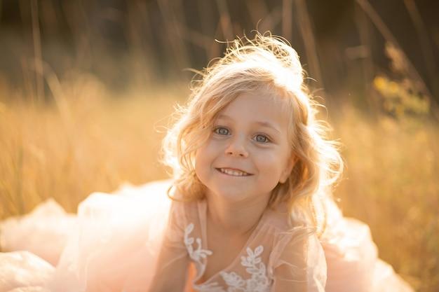 Ritratto di una bella bambina principessa in un abito rosa Foto Premium