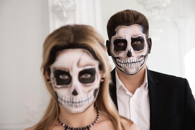 Ritratto di una bella coppia in costume medievale con vampiro Foto Premium