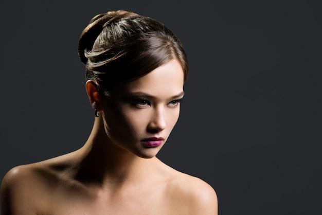 Ritratto di una bella donna Foto Premium