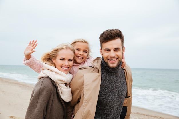 Ritratto di una bella famiglia con una figlia piccola divertirsi Foto Gratuite