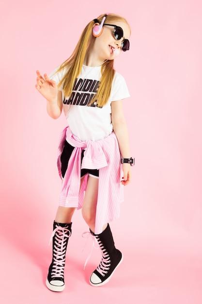 Ritratto di una bella ragazza in pantaloncini, una maglietta e scarpe da ginnastica alte. Foto Premium
