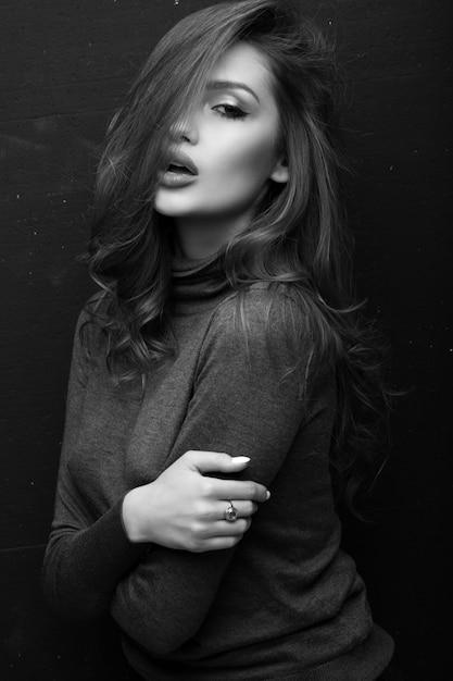 Ritratto di una bella ragazza in un maglione grigio Foto Premium