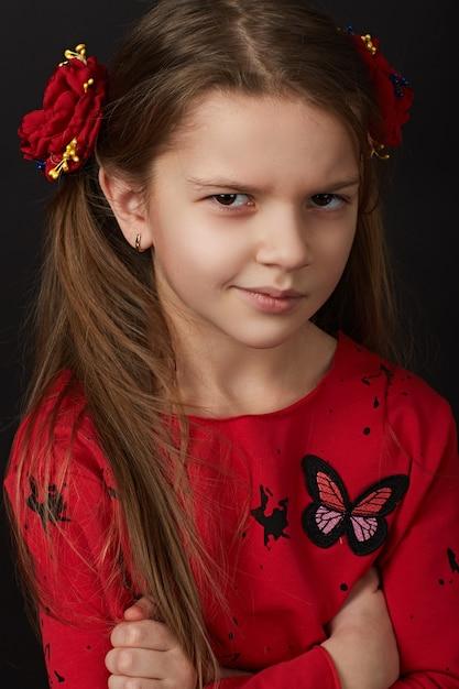 Ritratto di una bella ragazza in un vestito rosso Foto Premium