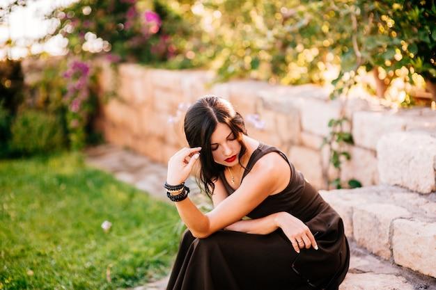 Ritratto di una bella ragazza nel parco Foto Premium