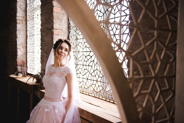 Ritratto di una bella sposa in un elegante interno Foto Premium