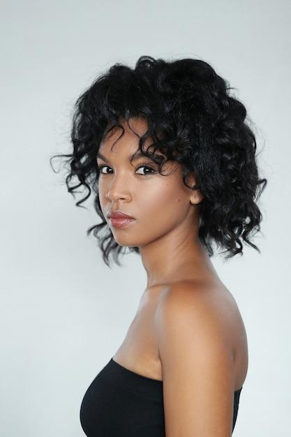 Ritratto di una bellissima giovane donna afro-americana Foto Gratuite