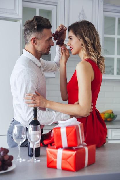 Ritratto di una coppia vestita intelligente romantica felice Foto Gratuite