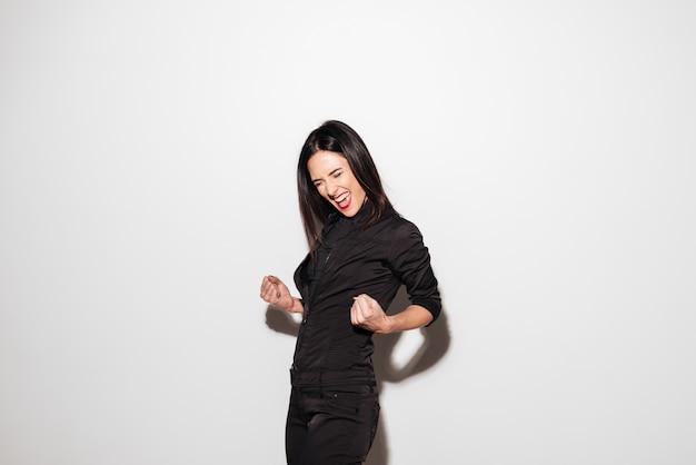 Ritratto di una donna allegra che celebra il successo Foto Gratuite