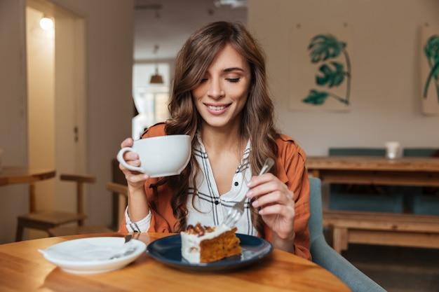 Ritratto di una donna allegra che mangia Foto Gratuite