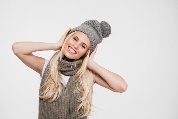 Ritratto di una donna allegra felice in cappello di inverno Foto Gratuite