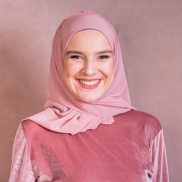 Ritratto di una donna araba felice su sfondo colorato Foto Gratuite