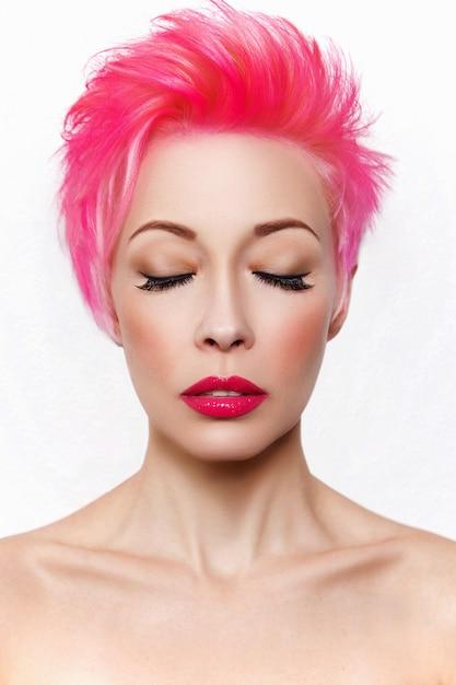 Ritratto di una donna con i capelli rosa | Foto Premium