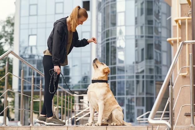 Ritratto di una donna con il suo bellissimo cane Foto Gratuite