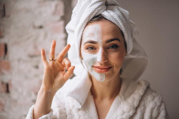 Ritratto di una donna con una maschera facciale mezza faccia Foto Gratuite