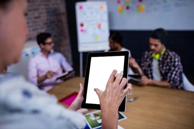 Ritratto di una donna d'affari casual utilizzando un computer tablet Foto Premium