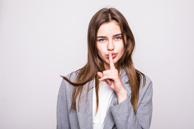 Ritratto di una donna d'affari con il segno del silenzio su sfondo bianco Foto Gratuite
