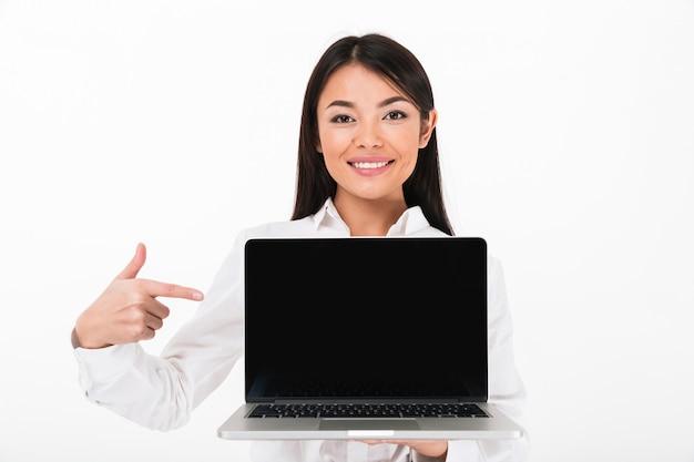 Ritratto di una donna di affari asiatica sorridente che indica dito Foto Gratuite